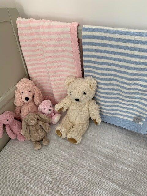 Tigern rosa och blå babypläd i barnsäng